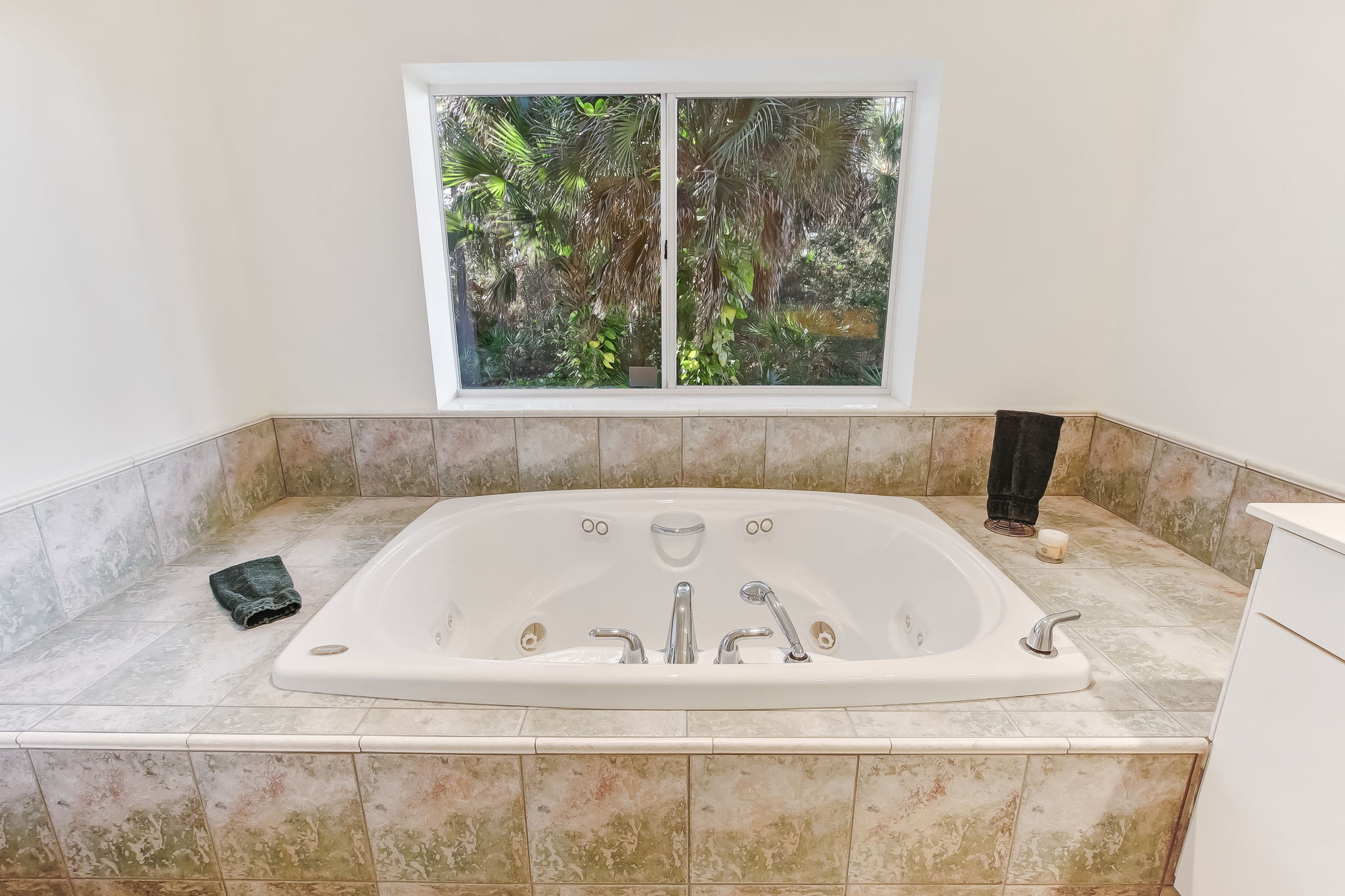 Downstairs jacuzzi tub