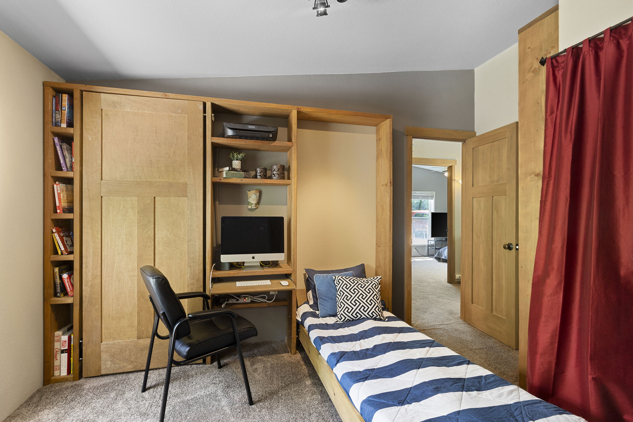 Easy to use dual twin murphy beds, perfect for those vacation guests!!