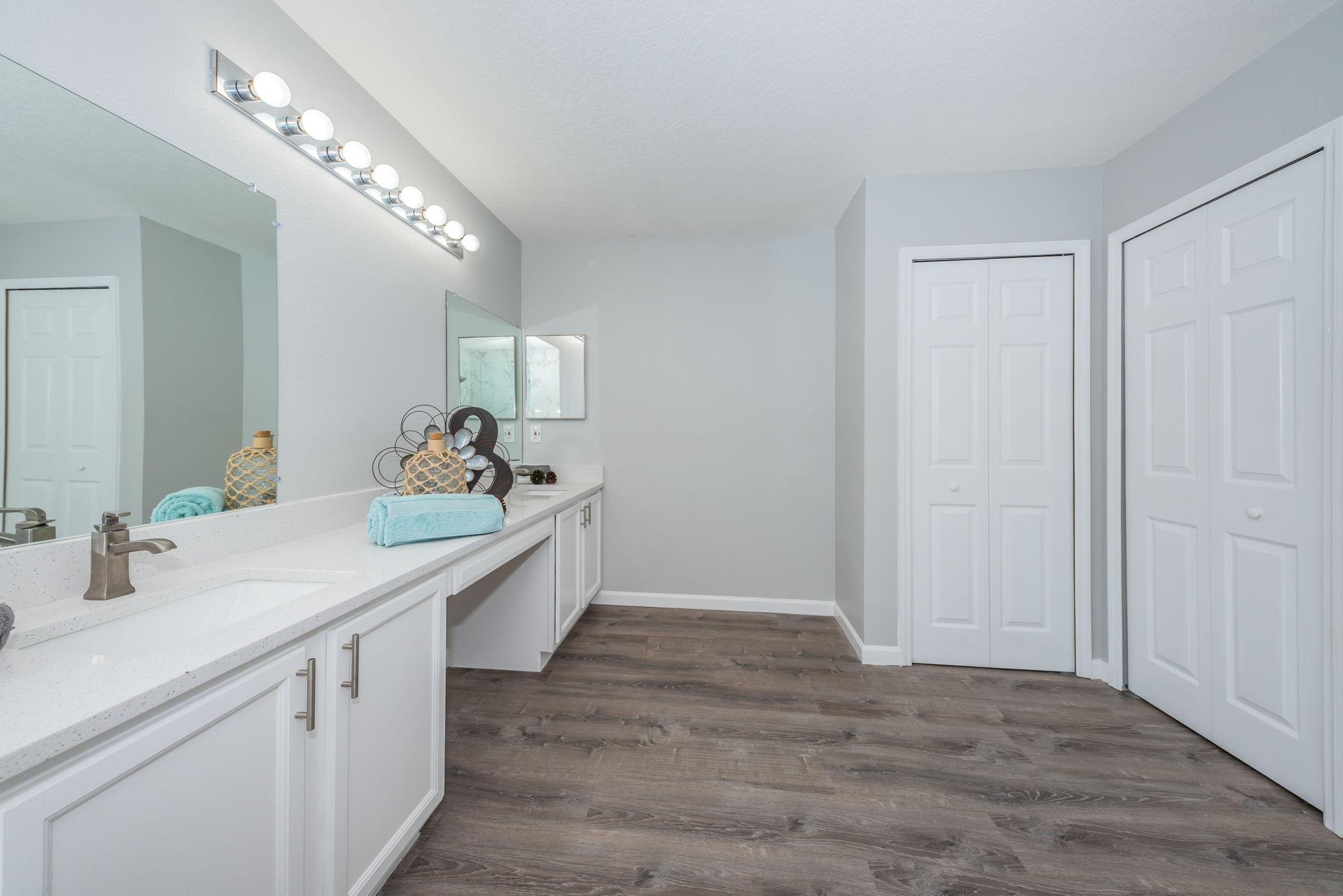 Upper Level Master Bathroom1c