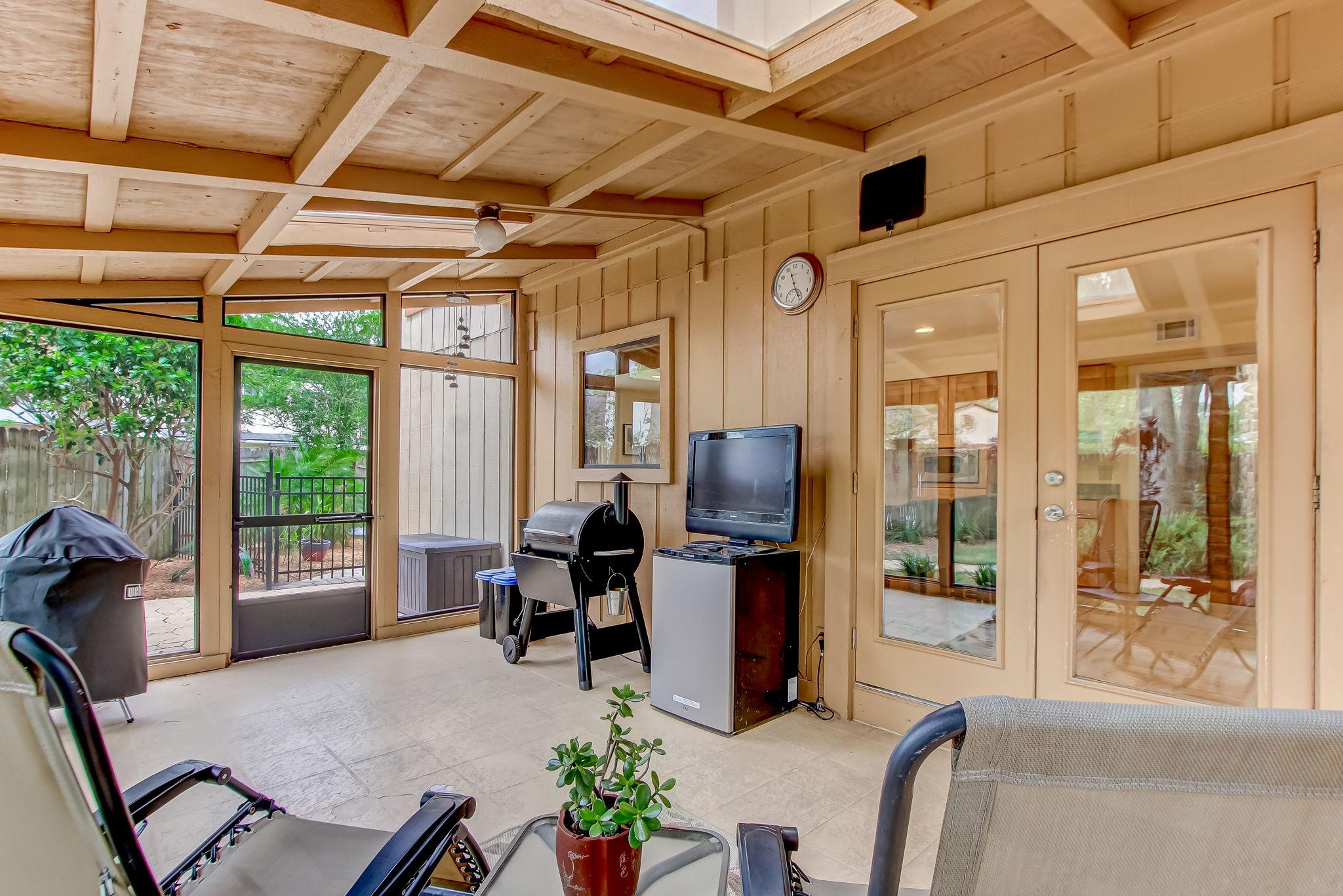Screened Porch Outside Breakfast Nook/Kitchen