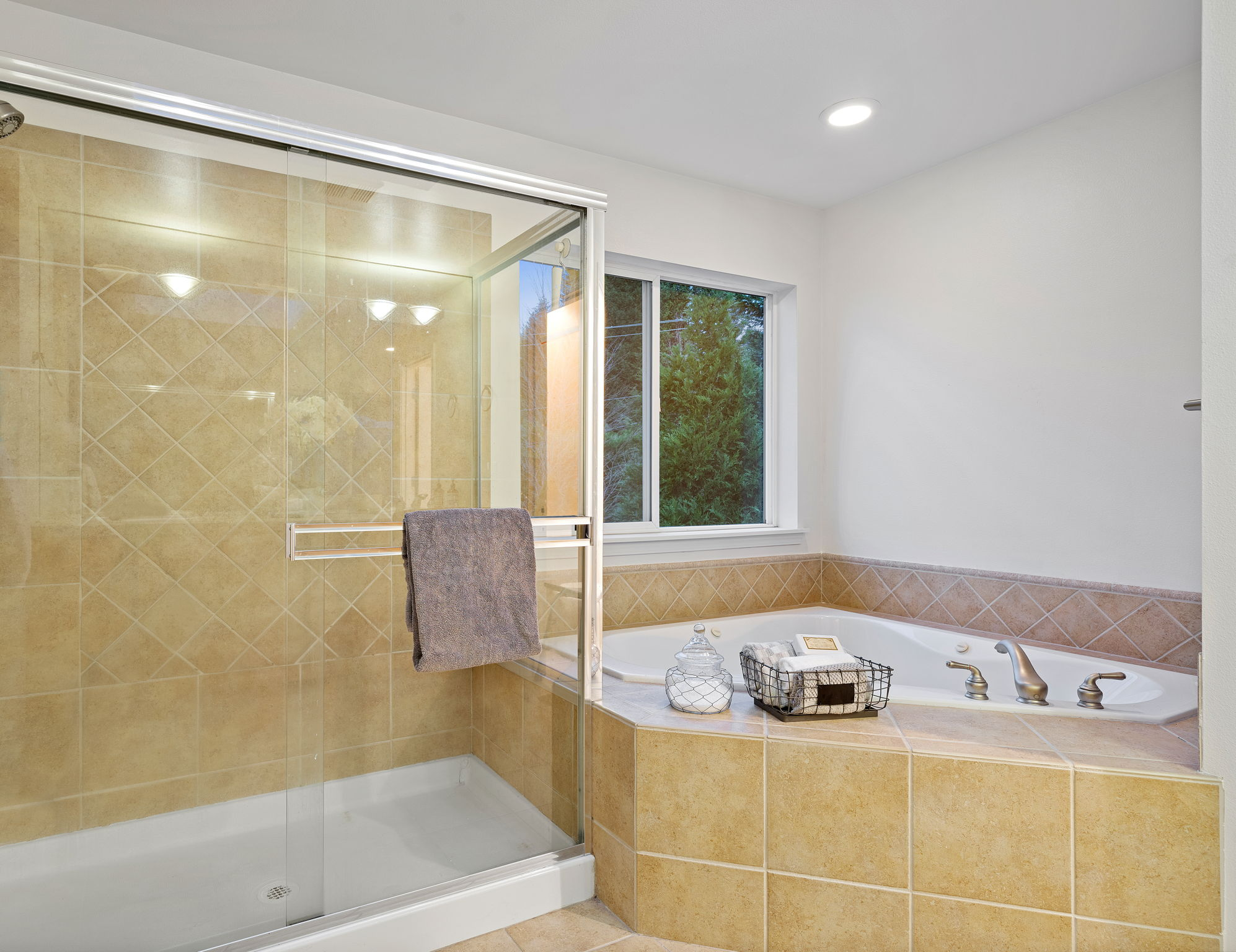 Large walk in shower and fantastic jetted tub